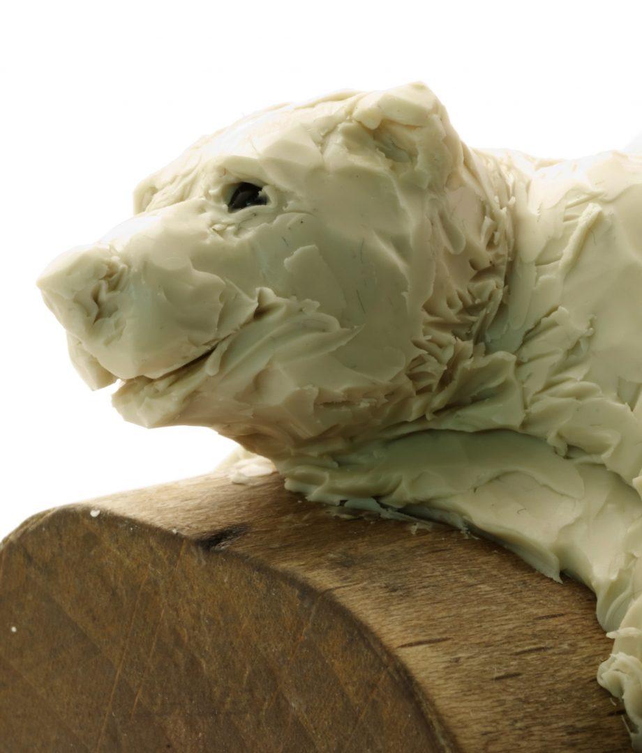 Modelage d'un ours en cire.
